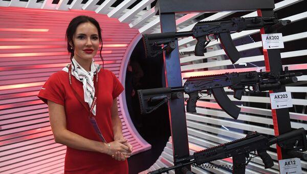 Стенд с автоматами АК-202, АК-203 и АК-12 (автоматы Калашникова). - Sputnik Таджикистан