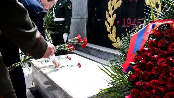 Возложение венков к мемориалу советским и монгольским воинам в Пекине - Sputnik Таджикистан
