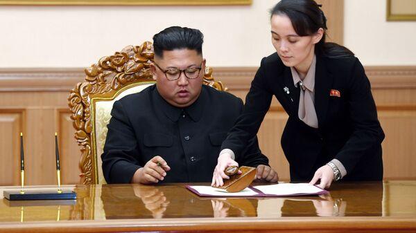 Лидер КНДР Ким Чен Ын и его сестра Ким Ё Чжон - Sputnik Таджикистан