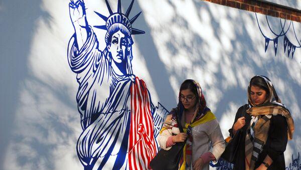 Граффити перед бывшим посольством США в Тегеране - Sputnik Таджикистан