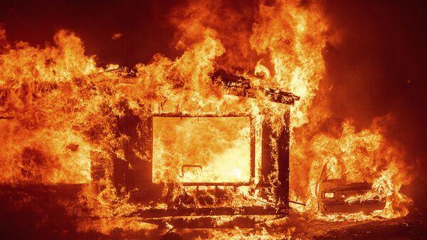 Горящие дом и автомобиль в округе Напа в Калифорнии во время лесных пожаров - Sputnik Таджикистан