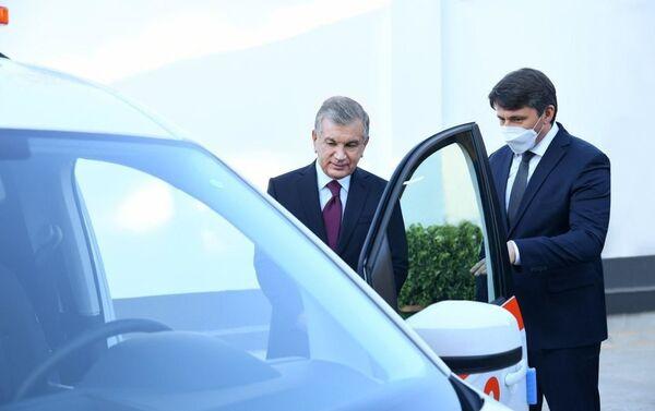 Президент Узбекистана осмотрел специальные автомобили, которые планируется производить в республике - Sputnik Таджикистан