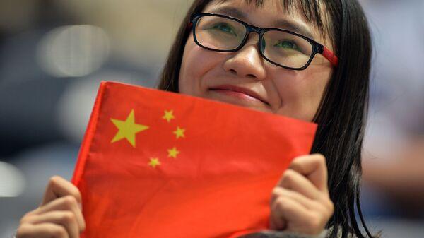 Китаянка с флагом  - Sputnik Таджикистан