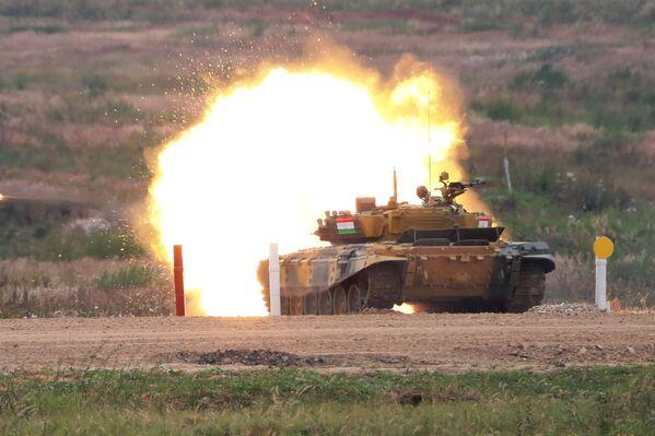 Танковый биатлон-2020. Индивидуальная гонка. Танк Т-72 команды военнослужащих Таджикистана - Sputnik Таджикистан