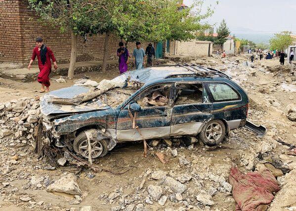 Разрушенный автомобиль после потопа в Афганистане  - Sputnik Таджикистан