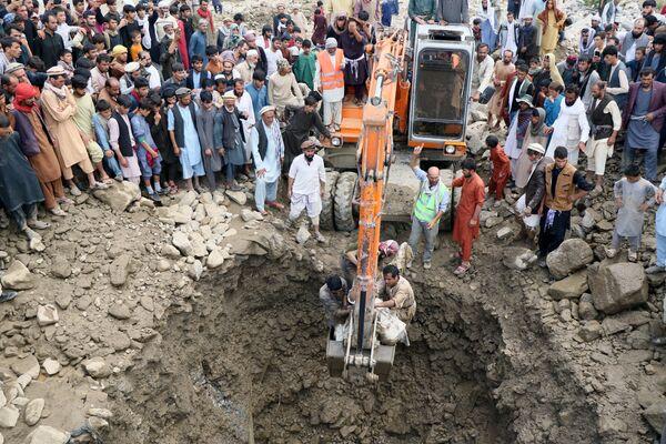 Поиск жертв после наводнения в Афганистане  - Sputnik Таджикистан