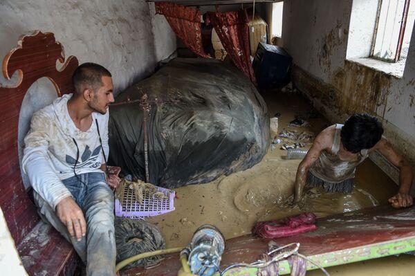 Очистка дома после наводнения в Афганистане  - Sputnik Таджикистан