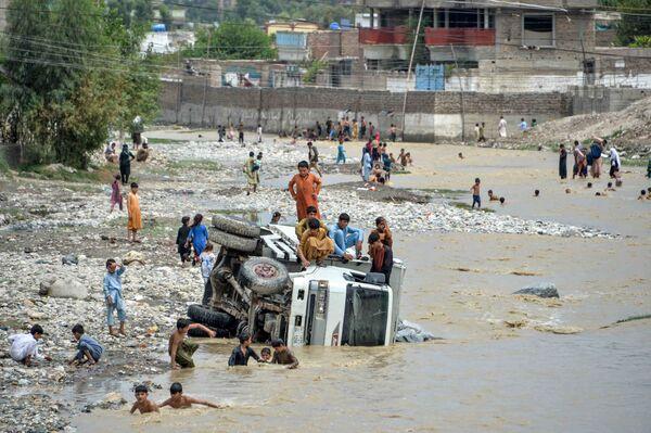 Перевернутая машина после наводнения в Афганистане - Sputnik Таджикистан