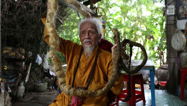 92-летний Нгуен Ван Чиен демонстрирует свои 5-метровые волосы - Sputnik Таджикистан