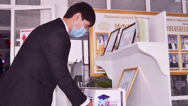 Изобретение Худжандского государственного университета имени Бободжона Гафурова для дефинфекции рук - Sputnik Таджикистан