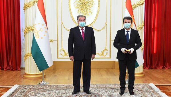 Рахмон вручил госнаграду министру здравоохранения Таджикистана - Sputnik Таджикистан