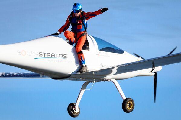 Швейцарский искатель приключений Рафаэль Домьян прыгает с самолета SolarStratos с испанским летчиком-испытателем на борту, на авиабазе в Пайерне, Швейцария - Sputnik Таджикистан