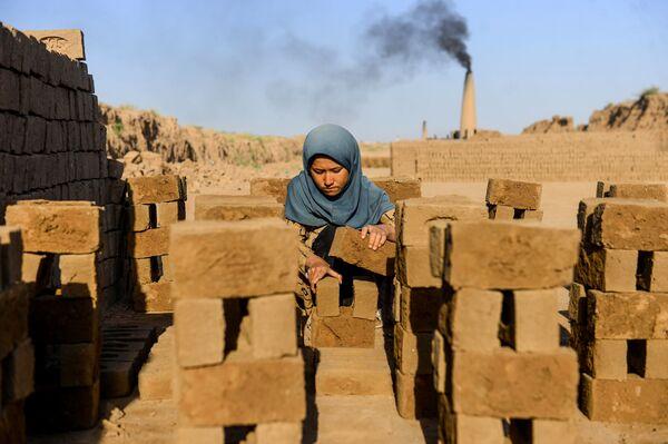 Молодая девушка во время работы в Герате, Афганистан - Sputnik Таджикистан