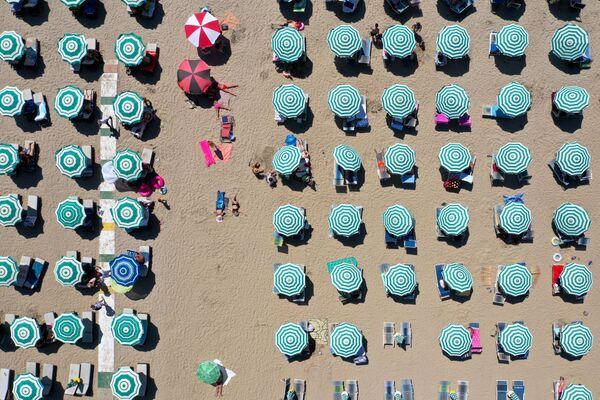 Зонтики на пляже в Албании - Sputnik Таджикистан
