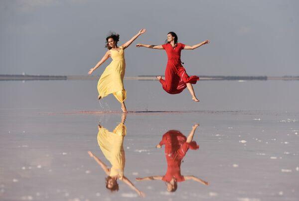 Модели демонстрируют одежду в рамках показа мод на озере Сасык-Сиваш под Евпаторией - Sputnik Таджикистан