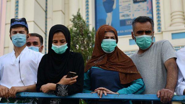 Люди в защитных масках в Душанбе, архивное фото - Sputnik Тоҷикистон