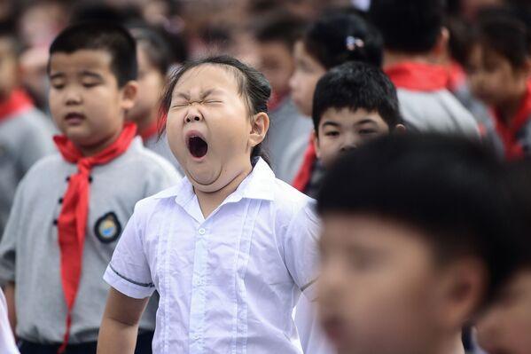 Ребенок зевает в первый день школы в Китае  - Sputnik Таджикистан