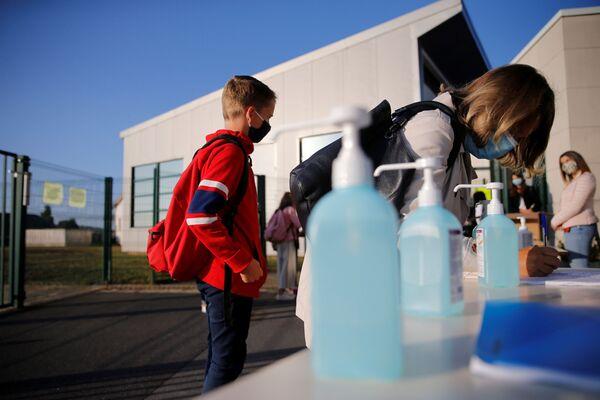 Дети в масках чистят руки в первый день школы во Франции  - Sputnik Таджикистан