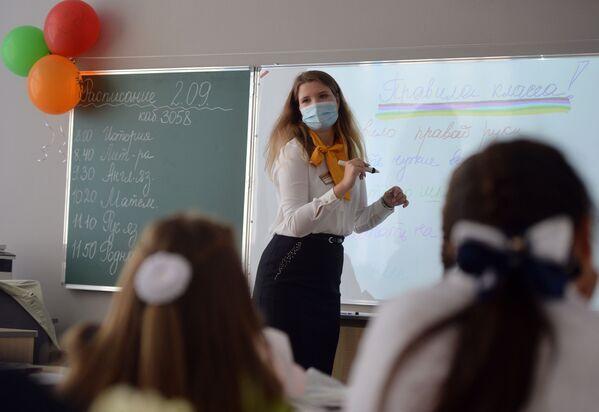 Учитель проводит классный час в школе №215 «Созвездие» в микрорайоне Солнечный в Екатеринбурге в День знаний - Sputnik Таджикистан