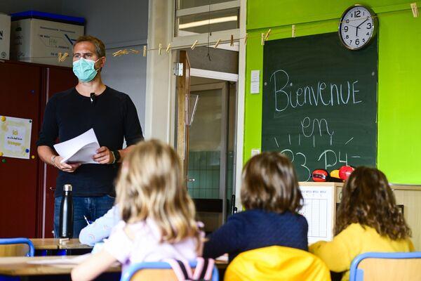 Учитель в маске во время урока в Брюсселе  - Sputnik Таджикистан