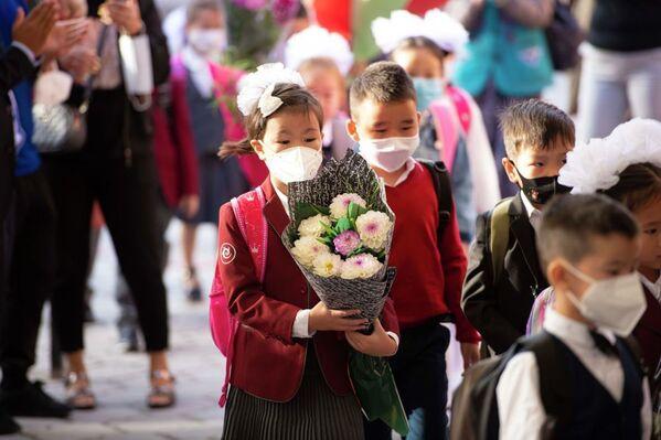 Дети идут в школу в Кыргызстане - Sputnik Таджикистан