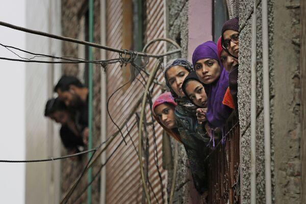 Индийские мусульманские женщины смотрят в окно в Нью-Дели, Индия - Sputnik Таджикистан