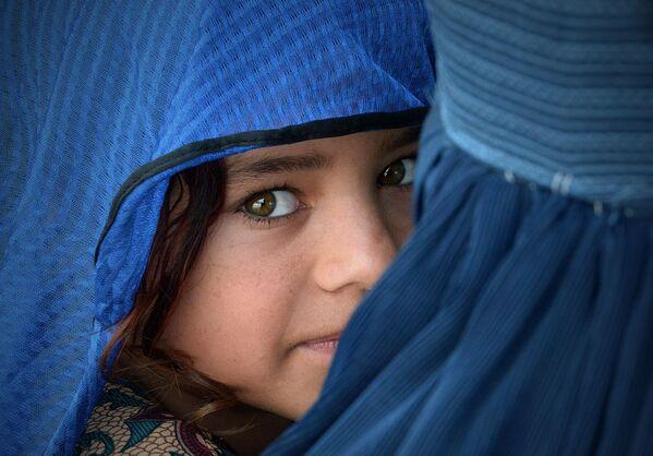 Афганская девочка в центре репатриации в Наушере, Пакистан - Sputnik Таджикистан