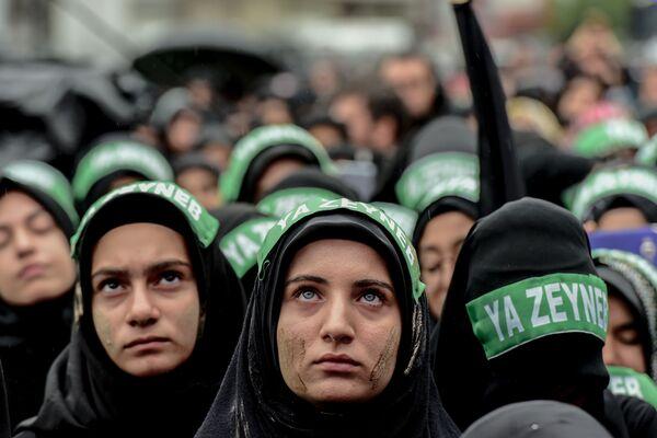 Турецкие шиитские женщины принимают участие в шествии по случаю шиитского религиозного праздника Ашура в Стамбуле, Турция - Sputnik Таджикистан