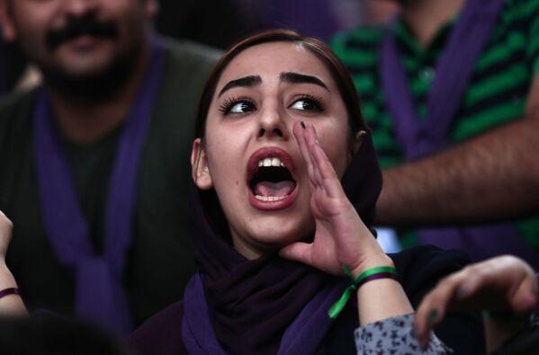 Сторонница президента Ирана и кандидата в президенты Хасана Рухани выкрикивает лозунги во время предвыборной кампании в Зенджане, Иран - Sputnik Таджикистан