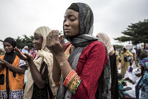 Мусульмане во время массовой молитвы в честь праздника Ураза-байрама на стадионе Мучеников в Киншасе, Конго - Sputnik Таджикистан