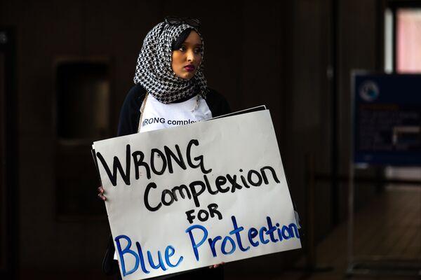 Девушка-мусульманка на акции протеста в Миннеаполисе, США - Sputnik Таджикистан