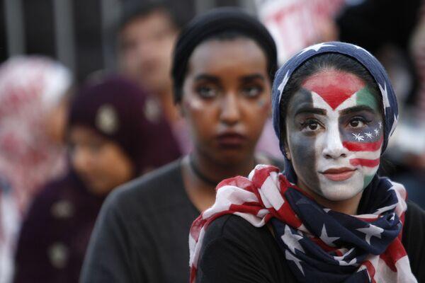 Девушка принимает участие в митинге Американцы против терроризма, ненависти и насилия в Вашингтоне - Sputnik Таджикистан