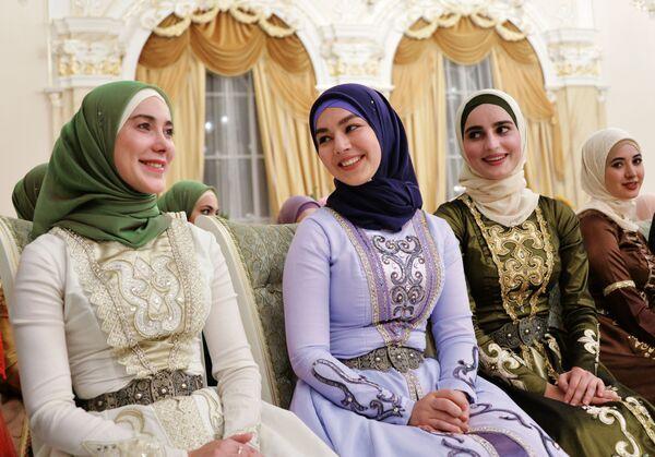 Участницы торжественного вечера, посвященного празднованию Дня чеченской женщины, в Грозном, Чечня - Sputnik Таджикистан