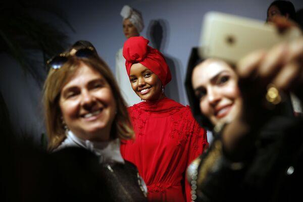 Мусульманская модель Халима Аден во время показа мод в Стамбуле - Sputnik Таджикистан