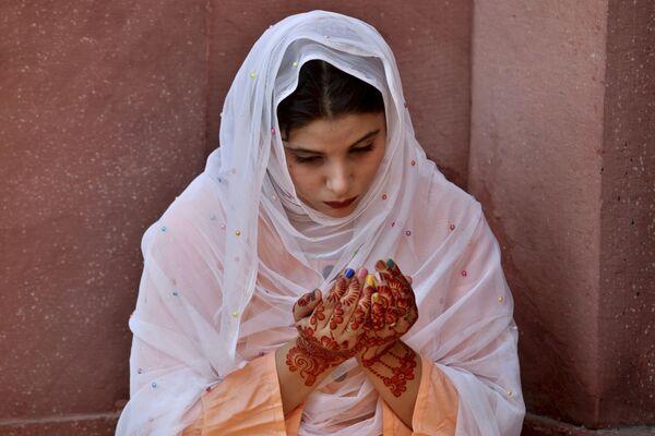 Девушка во время молитвы в Пакистане  - Sputnik Таджикистан