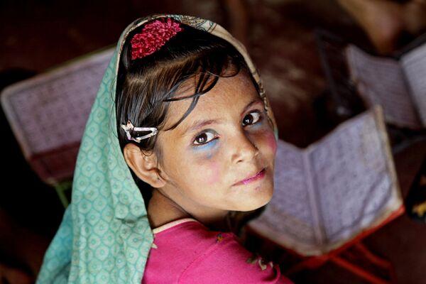 Девочка в лагере Балукали около города Кокс Базар в Бангладеш, где живут беженцы рохинджа - Sputnik Таджикистан