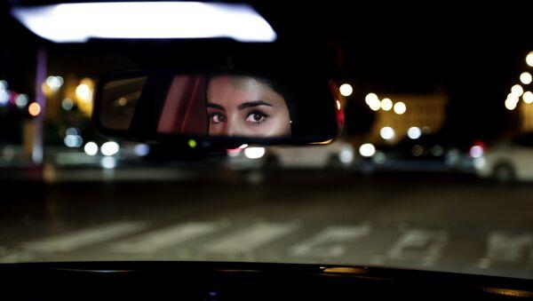 Глаза девушки в зеркале заднего вида машины в Саудовской Аравии  - Sputnik Таджикистан
