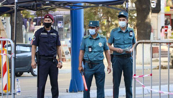Сотрудники ГАИ в масках для защиты от коронавирусной инфекции в Ташкенте - Sputnik Таджикистан