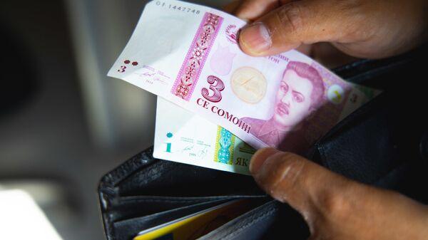 Кошелек с деньгами, архивное фото - Sputnik Тоҷикистон