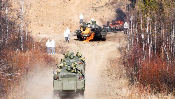 Бронированные разведывательно-дозорные машины пехоты (БРДМ) ведут огонь по мишеням, архивное фото - Sputnik Таджикистан