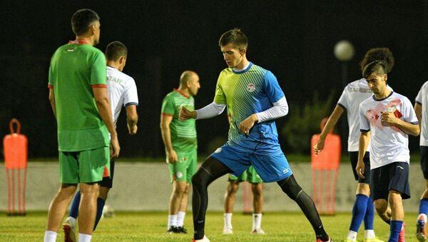 Сборная Таджикистана провела тренировку на поле академии Буднёдкора в Ташкенте - Sputnik Таджикистан