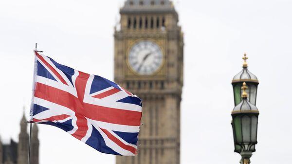 Флаг Великобритании на фоне Вестминстерского дворца в Лондоне - Sputnik Таджикистан