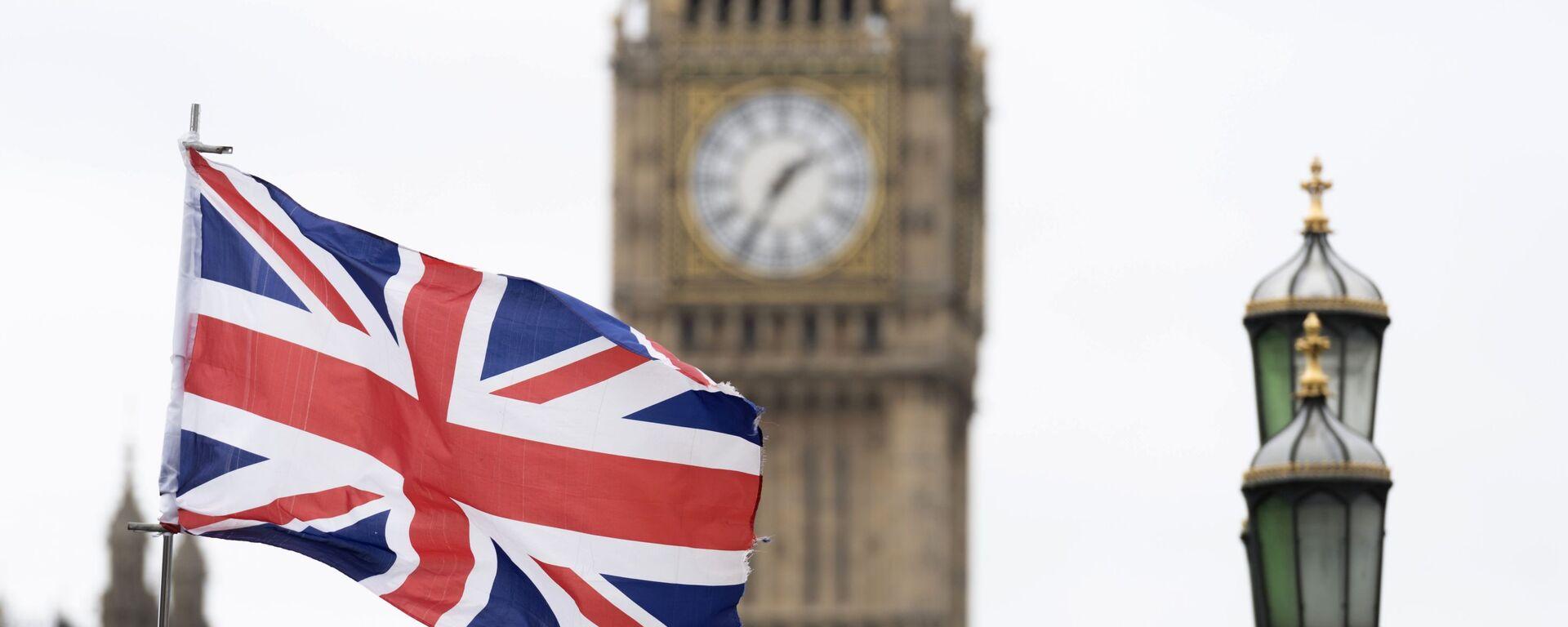 Флаг Великобритании на фоне Вестминстерского дворца в Лондоне - Sputnik Таджикистан, 1920, 21.03.2021