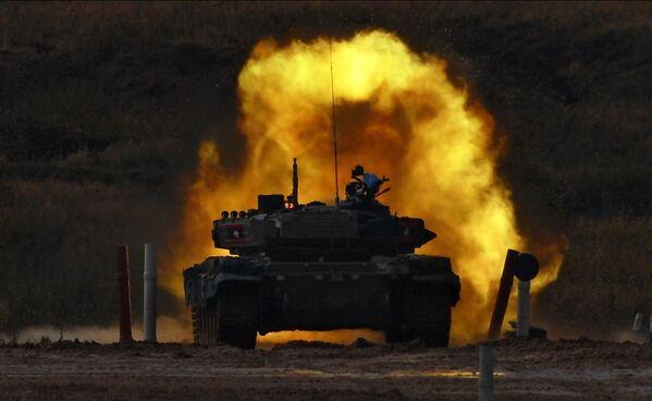 Танк Т-72Б3 команды армии Лаоса во время соревнований танковых экипажей в рамках конкурса Танковый биатлон-2020 - Sputnik Таджикистан