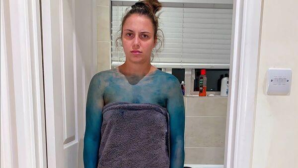 Блогер разыграл девушку в ванне с красителем и шокировал подписчиков - Sputnik Таджикистан