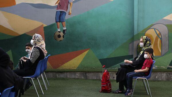 Ученики с родителями в первый учебный день в школе в Тегеране  - Sputnik Тоҷикистон