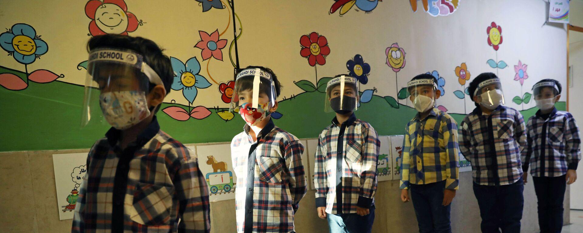 Дети в защитных экранах в школе в Тегеране  - Sputnik Таджикистан, 1920, 23.10.2020