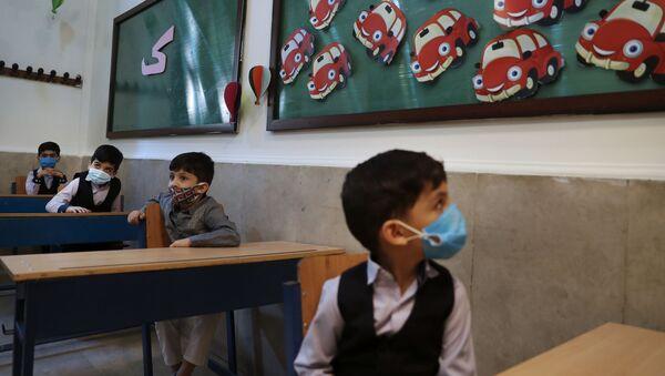 Ученики в масках в первый учебный день в школе в Тегеране  - Sputnik Тоҷикистон