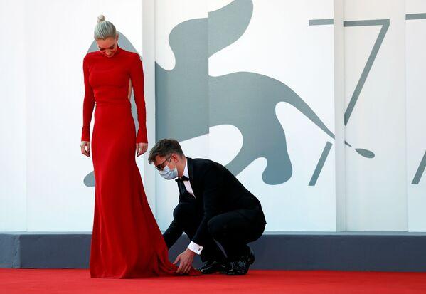 Актриса Ванесса Кирби на красной дорожке Венецианскго кинофестиваля - Sputnik Таджикистан