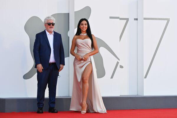 Режиссер Педро Альмодовар и актриса Джорджина Родригес на Венецианском кинофестивале - Sputnik Таджикистан